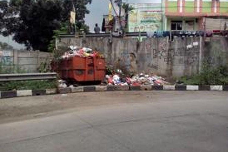 Salah satu TPS liar yang berada di Jl Cut Mutia, Bekasi