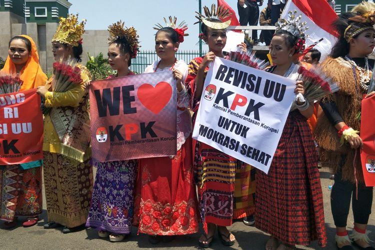 Kelompok yang menamakan diri Masyarakat Penegak Demokrasi (MPD) menggelar aksi mendukung revisi UU KPK, di depan Gedung DPR, Senayan, Jakarta, Selasa (10/9/2019).