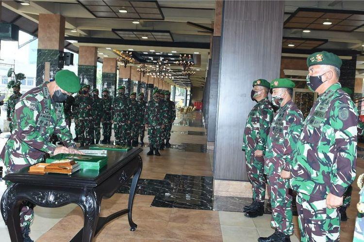 KSAD Jenderal TNI Andika Perkasa memimpin setijab Pangkostrad serta lima pejabat teras lainnya di jajaran TNI AD di Lantai Dasar Gedung E Markas Besar Angkatan Darat (Mabesad), Jakarta, Selasa (8/6/2021).