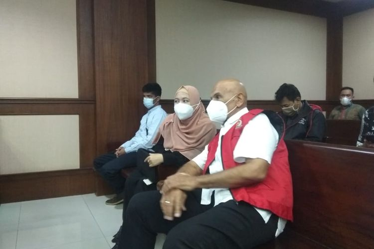 Terdakwa Mark Sungkar (kanan) dan istrinya, Santi Asoka Mala, di ruang sidang Pengadilan Negeri (PN) Tipikor Jakarta Pusat, Selasa (16/3/2021).