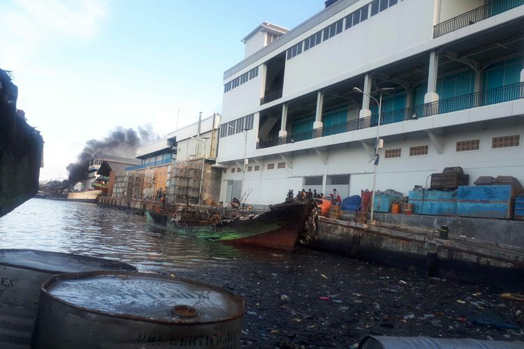 Api kembali membakar bangkai kapal-kapal di Pelabuhan Muara Baru, Pluit, Penjaringan, Jakarta Utara, Minggu (24/2/2019) pukul 16.30 WIB