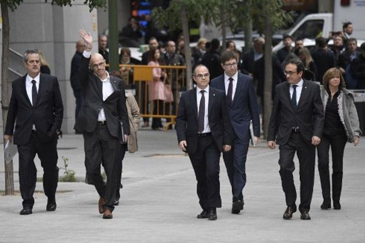 Anggota parlemen Catalonia saat tiba di gedung Pengadilan Nasional di Madrid, Kamis (2/11/2017).
