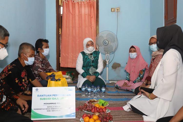 Menteri Ketenagakerjaan Ida Fauziyah menemui penerima bantuan subsidi gaji termin pertama, di Sidoarjo, Jawa Timur, Jumat (6/11/2020).