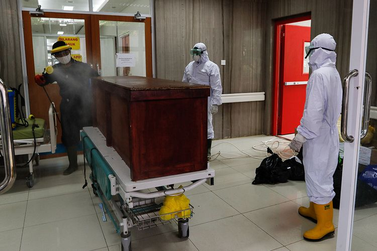 Petugas membawa keluar jenazah pasien dalam pengawasan (PDP) Covid-19 dari ruang isolasi RSUD Kota Bogor, Senin (11/5/2020). Mengutip laman covid19.kotabogor.go.id, tercatat Senin ini terdapat 246 PDP di Bogor, dengan 110 telah dinyatakan sembuh, 89 dalam perawatan RS, dan 47 meninggal dunia.