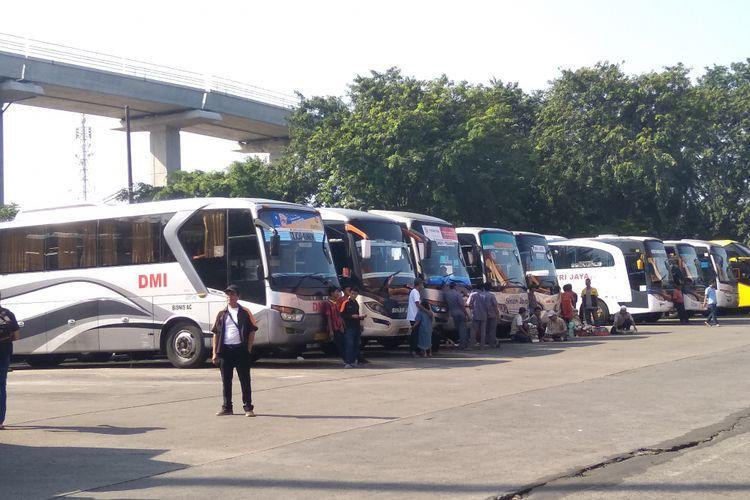 Bus pemudik di Terminal Kampung Rambutan, Senin (18/6/2018)