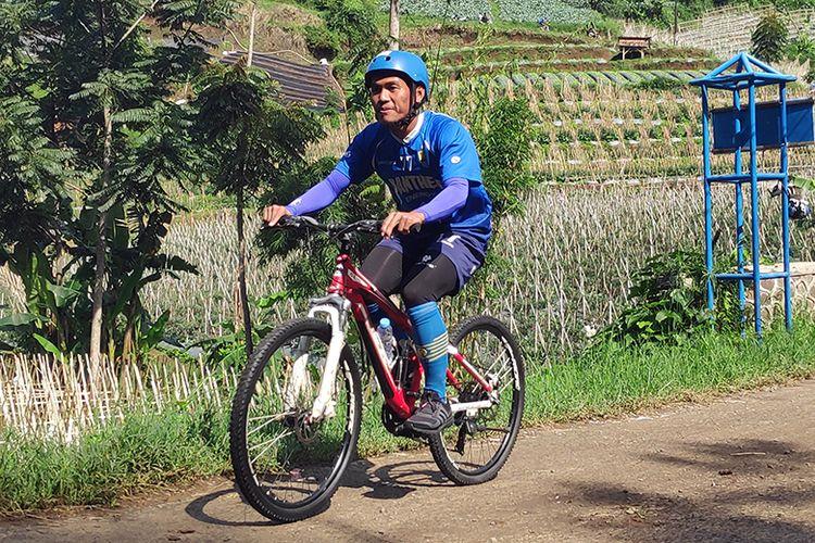 Winger Persib Bandung, Ghozali Siregar, mengayuh sepeda dalam program cross country yang berlangsung di kawasan Lembang, Kabupaten Bandung Barat, Rabu (29/1/2020).
