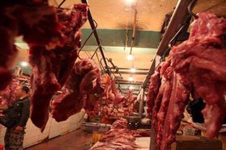 Warga membeli daging sapi yang ditawarkan di Pasar Senen, Jakarta Pusat, Senin (27/5/2013). Harga daging sapi di pasar tersebut berada diharga Rp. 90.000 per kilogram. Harga daging sapi yang tinggi membuat pemerintah menunjuk perum Bulog untuk menstabilkan harga daging dengan cara impor daging sapi beku dalam bentuk karkas.