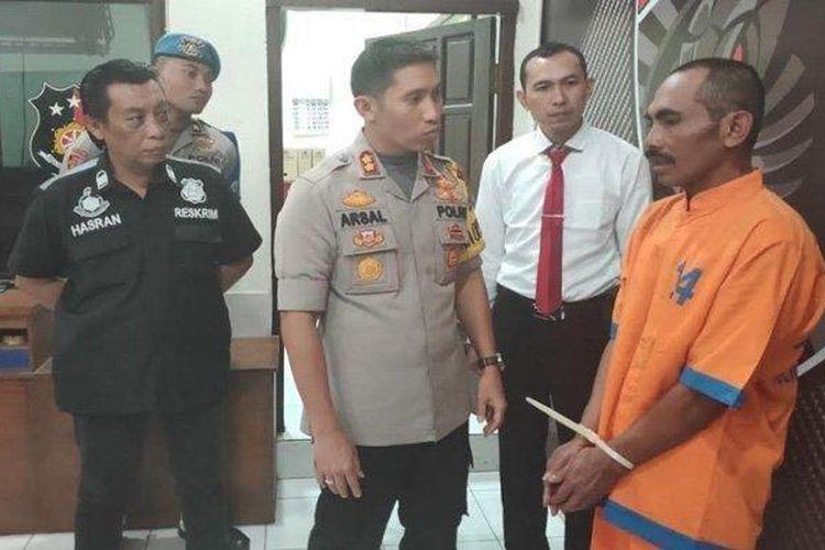 Hori tersangka pembacokan dan si suami gadaikan istri sendiri saat diinterogasi oleh Kapolres Lumajang AKBP M Arsal Sahban, Kamis (13/6/2019).