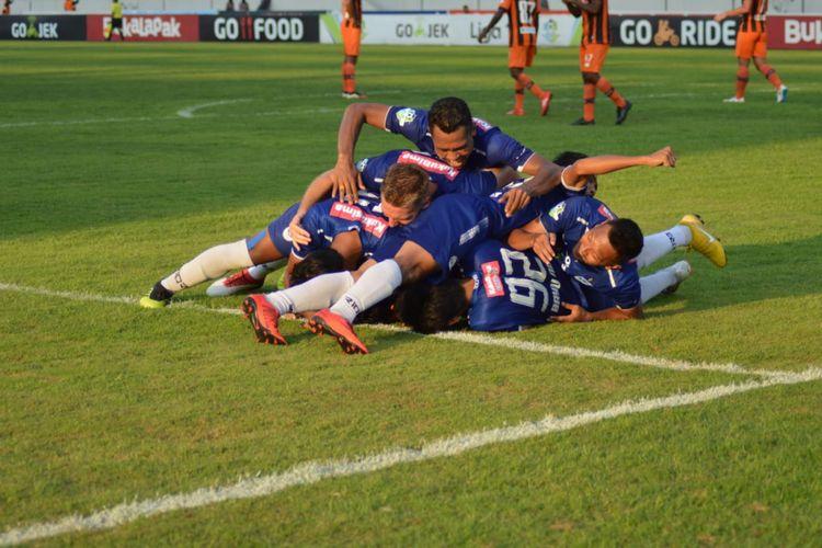 Para pemain PSIS Semarang merayakan gol pada laga melawan Perseru Serui di Stadino Moch Soebroto, Minggu (23/9/2018)