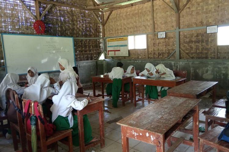 Kondisi Madrasah Ibtidaiyah (MI) Nurul Athfal di Cikeusik Banten saat baru didirikan.