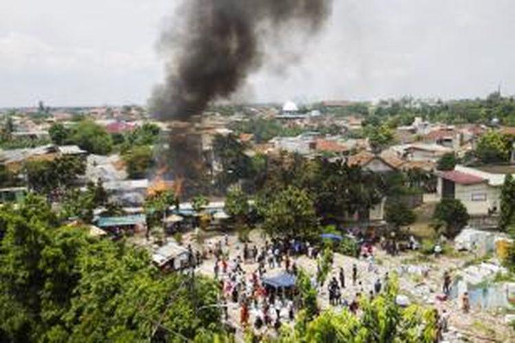 Suasana di lokasi tabrakan kereta rel listrik (KRL) jurusan Serpong-Tanah Abang dengan truk tangki pengangkut bahan bakar di pelintasan Pondok Betung, Bintaro, Jakarta Selatan, Senin (9/12/2013). Kecelakaan mengakibatkan sejumlah rangkaian gerbong dan truk tangki terbakar serta menyebabkan dua orang tewas dan puluhan orang mengalami luka bakar.