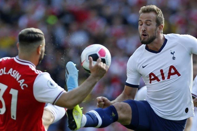 Sead Kolasinac mencoba menahan laju Harry Kane dalam laga Arsenal vs Tottenham Hotspur di Stadion Emirates, 1 September 2019.