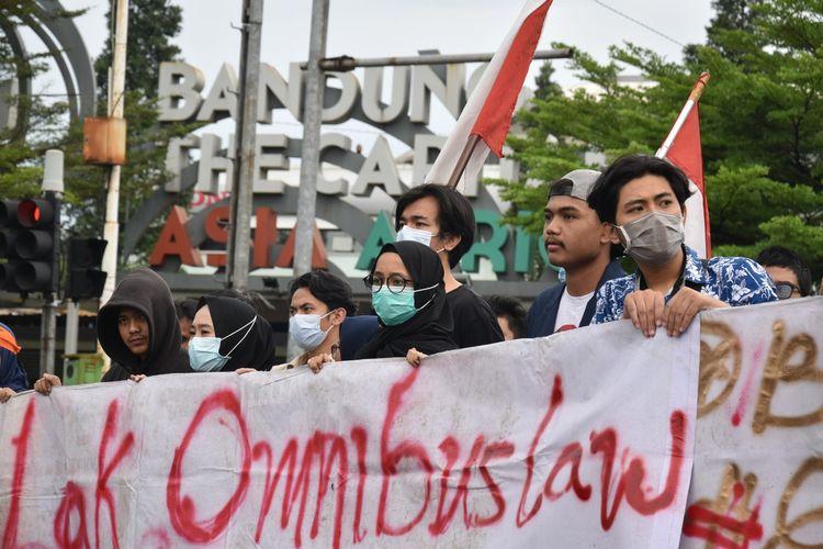 Sekelompok mahasiswa tengah melakukan aksi unjuk rasa Penolakan uu cipta kerja di perempatan Jalan Pasteur.