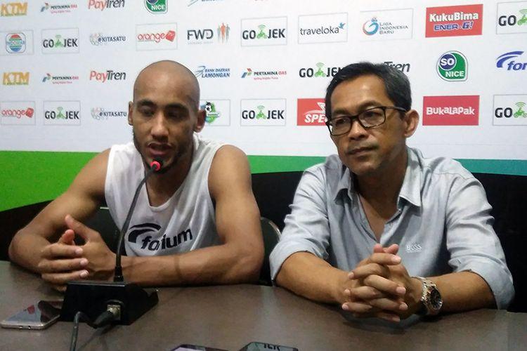 Loris Arnaud (kiri) bersama pelatih Persela Lamongan, Aji Santoso.