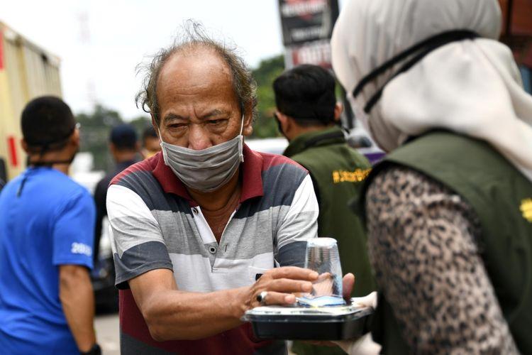 Ketua Umum Jabar Bergerak Atalia Praratya membagikan nasi bungkus dan masker gratis saat pencanangan Garakan Nasi Bungkus di Pasar Cikutra, Kota Bandung, Selasa (14/4/2020).