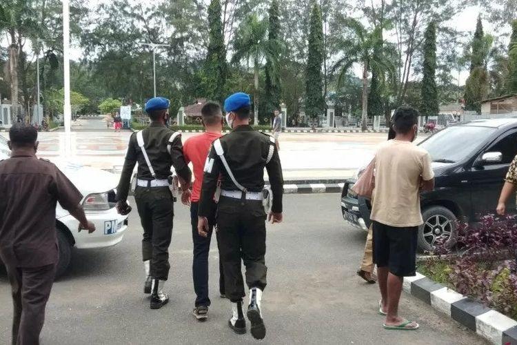Personel Detasemen Polisi Militer XVIII/1 Sorong, membawa oknum anggota TNI AD, Prajurit Satu E (tiga kiri), di Sorong, Selasa. ANTARA/Ernes Kakisina