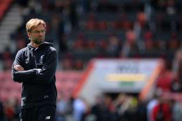 Ekspresi Manajer Liverpool, Juergen Klopp, menjelang partai kontra Bournemouth pada lanjutan Premier League di Stadion Dean Court, Minggu (17/4/2016).