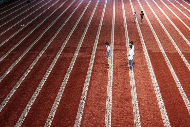 Jamaah melaksanakan ibadah shalat Ashar di dalam masjid raya Sumatera Barat, Padang, Sabtu (10/4/2021).  Pemerintah Provinsi Sumatera Barat tidak melarang pelaksanaan shalat tarawih dan ibadah lainnya pada bulan suci Ramadhan tahun 2021 mendatang dengan tetap mematuhi protokol kesehatan COVID-19.  ANTARA FOTO/Muhammad Arif Pribadi/Lmo/aww.