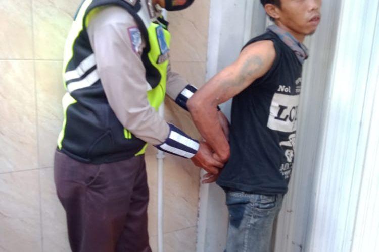 Polisi mengamankan penjambret berinisial S (30) saat beraksi di TB Simatupang, Cilandak Timur, Pasar Minggu, Jakarta pada Senin (26/10/2020).