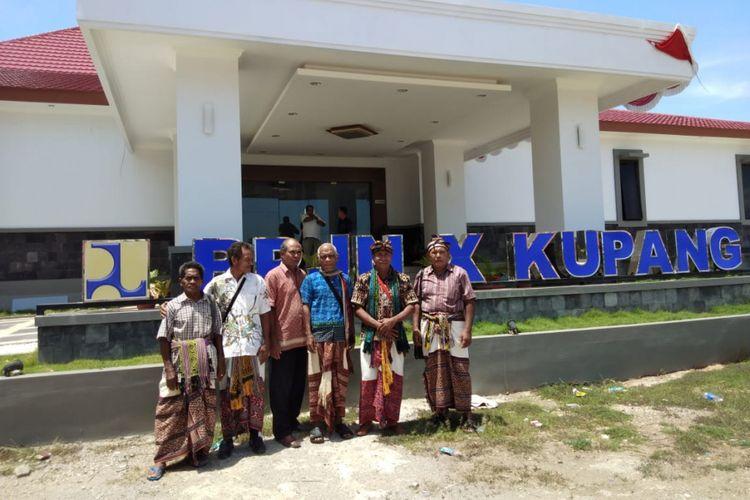 Sejumlah tokoh adat di Kecamatan Amarasi Selatan, Kabupaten Kupang, Nusa Tenggara Timur (NTT), mendatangi kantor Balai Pelaksanaan Jalan Nasional (BPJN) X Kupang, Selasa (18/12/2018).
