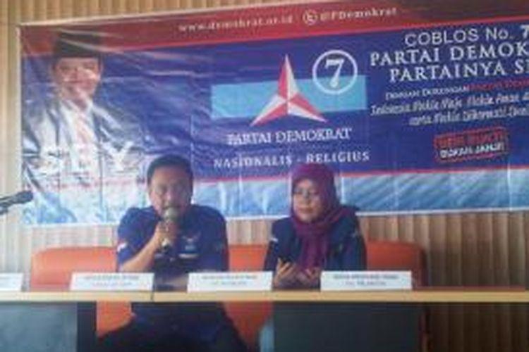 Ketua DPD Parta Demokrat Sukawi Sutari bersama Ketua DPC Partai Demokrat Tegal, Ayu Paraletin saat konferensi pers kedatangan SBY di Kota Tegal.