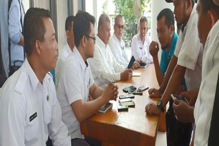 Bupati Dompu, H Bambang M Yasin  saat menggelar konferensi pers terkait informasi adanya TKW yang terinfeksi virus corona, Rabu (04/03/2020)