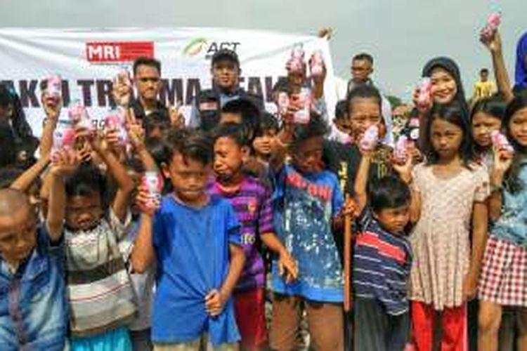 Anak-anak warga Pasar Ikan, Penjaringan, Jakarta Utara, mendapatkan trauma healing dari organisasi Masyarakat Relawan Indonesia (MRI), Jumat (15/4/2016).