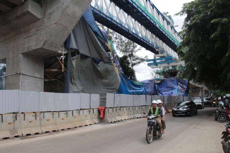 Kondisi pasca robohnya kontruksi proyek LRT di Jalan Kayu Putih, Pulogadung, Jakarta Timur, Senin (22/01/2018). Direktur Utama Jakarta Propertindo (JakPro) Satya Heragandhi menyampikan, robohnya LRT tersebut berawal saat petugas sedang melakukan pemasangan antar-span box P28 ke P29.