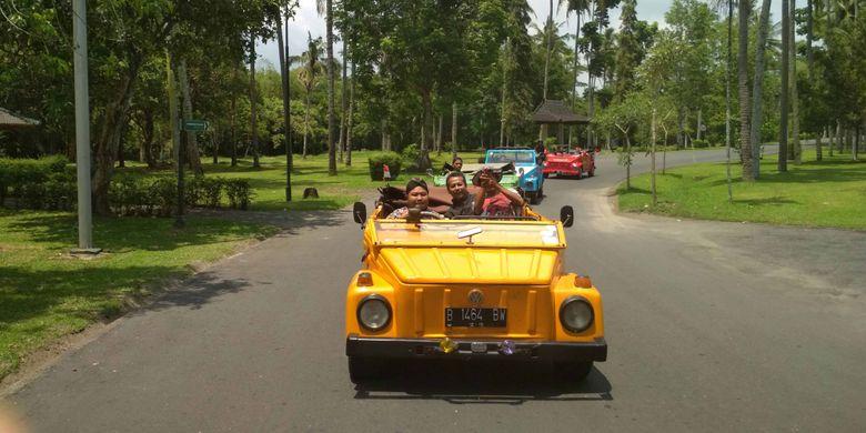 Mobil VW disediakan pengelola Candi Borobudur di Magelang, Jawa Tengah untuk wisatawan yang ingin berkeliling kawasan Borobudur.