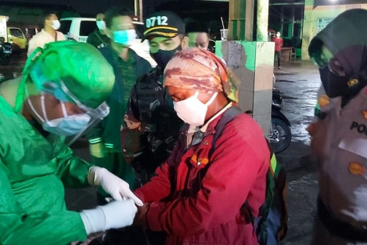 Kapolres Tegal Kota AKBP Rita Wulandari bersama Dandim 0712 Letkol Inf. Sutan Pandapotan memantau langsung tes cepat antigen nelayan di Pelabuhan Jongor, Kota Tegal, Selasa (4/5/2021) malam.