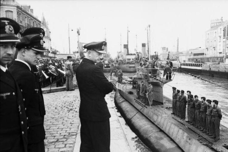 Karl Donitz memantau kedatangan U-94 di St. Nazaire pada Juni 194. (Wikipedia)