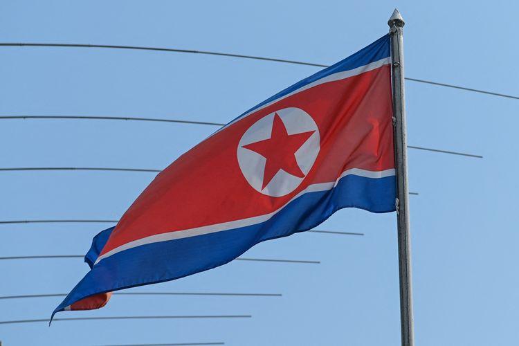 Bendera Korea Utara berkibar di Kedutaan Besar Korut di Kuala Lumpur, Malaysia, pada Jumat (19/3/2021).