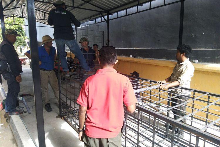 Trap berukuran panjang 4 meter, lebar 1,2 meter dan tinggi 1 meter disiapkan untuk tangkap dan bebaskan ban di leher buaya di sungai Palu, Selasa (11/2/2020)