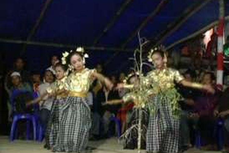 Festival seni dan tari tradisional antar kampung di Polewali Mandar, Sulawesi Barat, Jumat (12/8/2016), tak hanya jadi ajang hiburan dan wisata tahunan yang selalu menyedot perhatian warga. Momentum tahunan ini juga menjadi ajang silaturrahmi antar warga dalam merekatkan hubungan sosial antar warga desa.