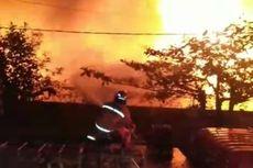 2 Petugas Damkar Luka Parah Saat Padamkan Gudang Makanan yang Terbakar di Makassar