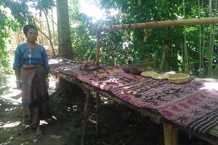 Kain tenun ikat dengan aneka motif yang dipamerkan di sanggar budaya Bliran Sina, Kabupaten Sikka, Nusa Tenggara Timur, Senin (29/4/2019).