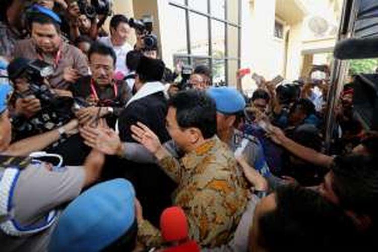 Basuki Tjahaja Purnama alias Ahok bergegas memasuki ruangan untuk diperiksa di Bareskrim Polri di Jakarta, Selasa (22/11/2016). Ia diperiksa sebagai tersangka dalam kasus dugaan penistaan agama.