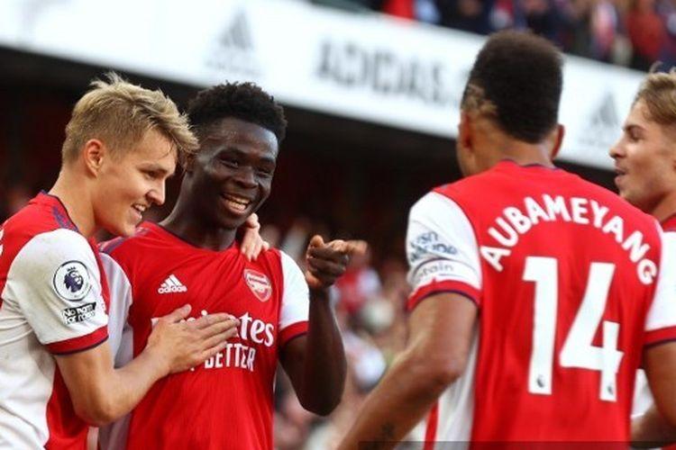 Para pemain <a href='https://manado.tribunnews.com/tag/arsenal' title='Arsenal'>Arsenal</a> merayakan gol Bukayo Saka ke gawang <a href='https://manado.tribunnews.com/tag/tottenham' title='Tottenham'>Tottenham</a> Hotspur pada laga pekan keenam <a href='https://manado.tribunnews.com/tag/liga-inggris' title='LigaInggris'>LigaInggris</a> 2021-2022 di Stadion Emirates, Minggu (26/9/2021).