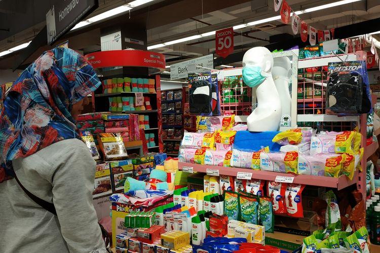 Seorang pembeli tengah mencari masker operasi yang sudah tak tersedia untuk sementara di Ramayana Department Store Depok, Kamis (5/3/2020).