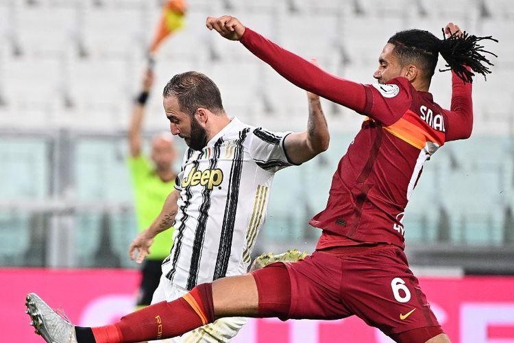 Striker Juventus, Gonzalo Higuain (kiri), berduel dengan bek AS Roma, Chris Smalling (kanan) pada laga terakhir Liga Italia 2019-2020, Minggu (2/8/2020).