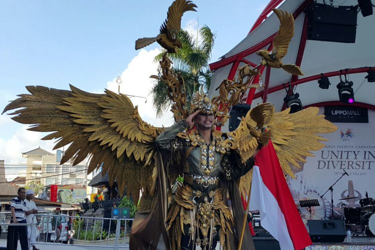 Peserta Jember Fashion Carnaval memakai kostum garuda dalam pertunjukkan di Lippo Mall Kuta, Bali, Jumat (29/9/2017).
