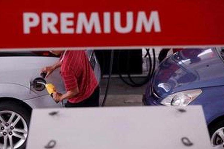Aktivitas pengisian bahan bakar minyak (BBM) bersubsidi jenis premium di Stasiun Pengisian Bahan Bakar untuk Umum (SPBU) 34-10206, Jakarta, Jumat (12/4/2013).