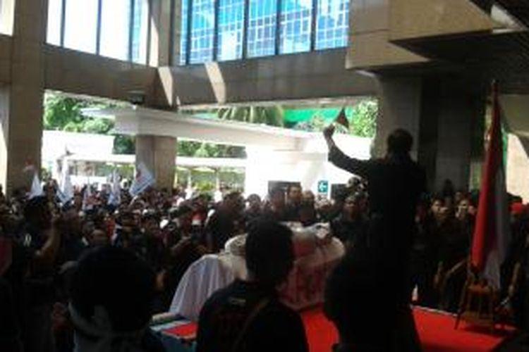 Ribuan karyawan Bank Tabungan Negara (BTN) saat berunjuk rasa di kantor pusat BTN di Jalan Gajah Mada, Jakarta, Minggu (20/4/2014) pagi. Para karyawan berunjuk rasa untuk menentang rencana akuisisi yang akan dilakukan Bank Mandiri terhadap bank tersebut