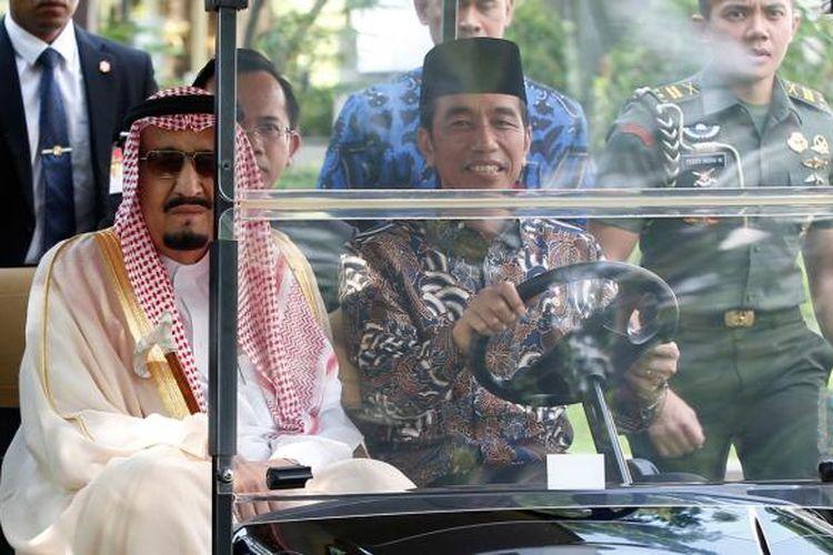Raja Arab Saudi Salman bin Abdulaziz al-Saud (kiri) bersama Presiden Indonesia Joko Widodo mengendarai golf cart di Istana Kepresidenan, Jalan Medan Merdeka Utara, Jakarta, Kamis (2/3/2017).