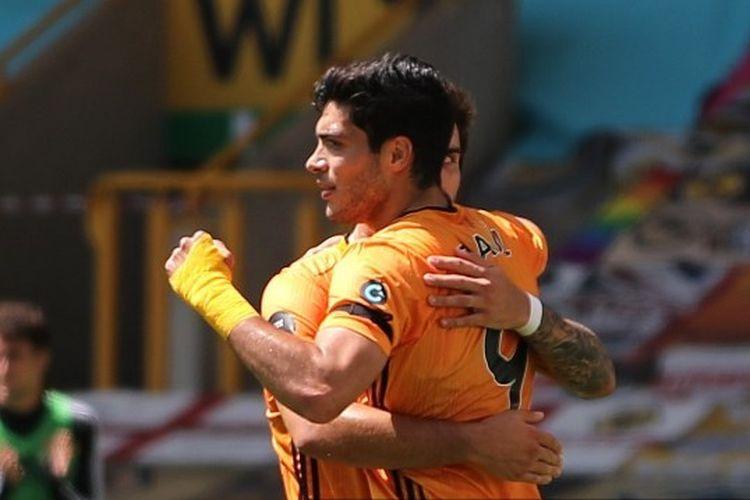 Striker Wolves, Raul Jimenez, saat merayakan gol ke gawang Everton pada lanjutan pekan ke-35 Liga Inggris, Minggu (12/7/2020) malam WIB.