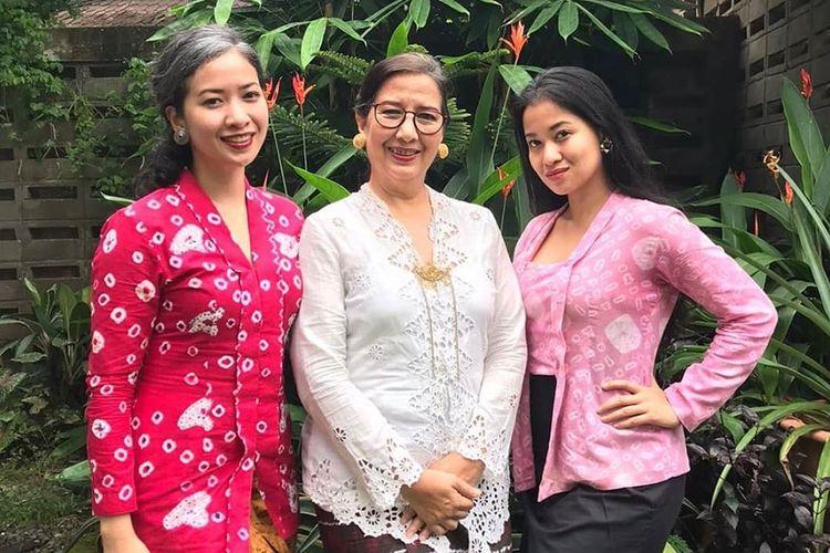 Sita Tyasutami (kanan) yang merupakan pasien 01 Covid-19 Indonesia, sedangkan Maria Darmaningsih (tengah) adalah pasien 02.