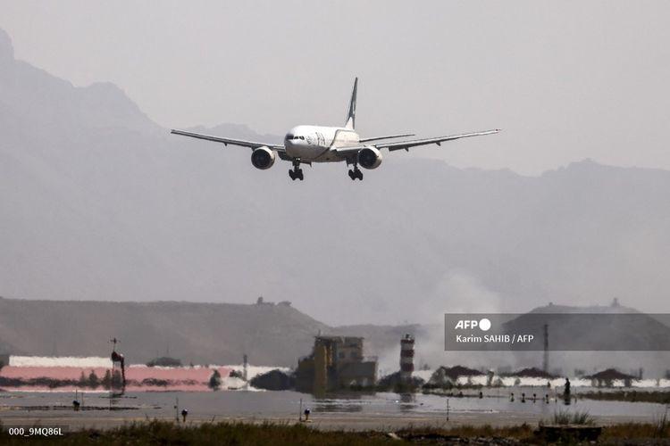 Maskapai Pakistan International Airlines (PIA) membawa rombongan kecil pemumpang mendarat di Kabul, Afghanistan, pada 13 September 2021. PIA merupakan maskapai perdana yang mendarat di Kabul sejak Taliban berkuasa.