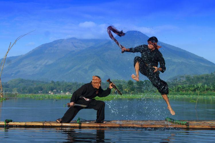 Pertunjukan silat di Situ Bagendit, Kabupaten Garut