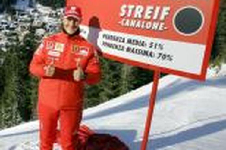 Michael Schumacher berpose sebelum bermain ski. Foto diambil pada 12 Januari 2006