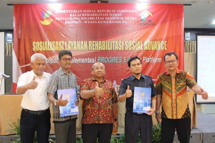 Direktur Jenderal Rehabilitasi Sosial Kementerian Sosial RI, Edi Suharto (tengah) menghadiri peluncuran aplikasi Lapak Spa Hotel Grand Setiabudi Bandung Kamis (20/2/2020).